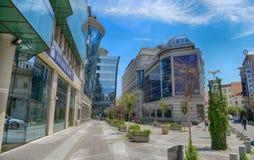 SKOPJE MACEDONIA, Czerwiec, - 10, 2017: Ulica w Skopje z nowożytnymi budynkami biurowymi, dzielnica biznesu obrazy stock