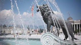 SKOPJE MACEDONIA - JULIO DE 2015: Estatuas del león debajo de Alexander el gran monumento en Skopje - Macedonia, metrajes