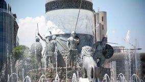 SKOPJE MACEDONIA - LUGLIO 2015: Innaffi la manifestazione sotto il monumento di Alessandro Magno Skopje - in Macedonia stock footage