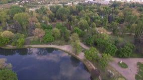 Skopje, Macedonia 2017: Vista aerea del parco della città a Skopje e fiume stock footage
