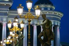 Skopje Makedonien, Art Bridge på natten Europeisk stadsarchitectu Royaltyfri Foto