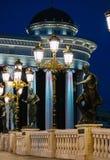 Skopje Makedonien, Art Bridge på natten Europeisk stadsarchitectu Royaltyfria Bilder