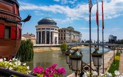 Skopje, Mazedonien - 26. August 2017: Skopje-Museum mit Steinbrücke über Vardar-Fluss mit vielen Monumenten stockbilder