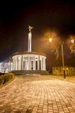 Skopje-, Mazedonien-Feuerfackel und Marmormonument von Helden Stockbilder