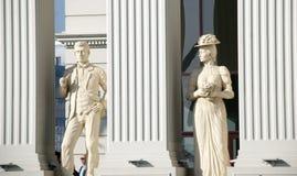 Skopje, Mazedonien - 23. Januar 2013: Statuen eines Mannes und der Frau auf dem eben geöffneten Buiding Mazedonien-` s des Außenp lizenzfreies stockfoto