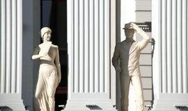 Skopje, Mazedonien - 23. Januar 2013: Statuen eines Mannes und der Frau auf dem eben geöffneten Buiding Mazedonien-` s des Außenp stockfotos