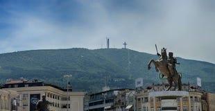 SKOPJE, MAZEDONIEN - 10. Juni 2017: Alexander der Große-Monument in Skopje mit Gebirgshintergrund stockfotos