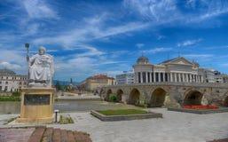 SKOPJE, MAZEDONIEN - 10. Juni 2017: Byzantinischer Kaiser Justinian Statue und Steinbrücke, hinter dem Archäologie-Museum in Skop stockfotos