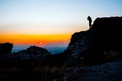 Skopje, Mazedonien - November 2011 Berg Vodno, Touristen auf dem Hintergrund der untergehenden Sonne lizenzfreie stockfotografie