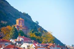 Skopje, Mazedonien - November 2011 Stadtskyline und -berg im Hintergrund stockfotografie