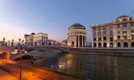 Skopje-Nachtszene an der Dämmerung stockbild