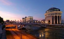 Skopje-Nachtszene an der Dämmerung stockfotografie