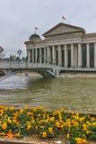 SKOPJE, RÉPUBLIQUE DE MACÉDOINE - 24 FÉVRIER 2018 : Le pont des civilisations et du musée archéologique Images libres de droits