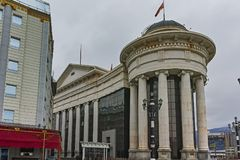 SKOPJE, A REPÚBLICA DA MACEDÔNIA - 24 DE FEVEREIRO DE 2018: Centro da cidade de Skopje e museu arqueológico Fotografia de Stock Royalty Free