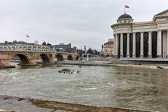 SKOPJE, A REPÚBLICA DA MACEDÔNIA - 24 DE FEVEREIRO DE 2018: Centro da cidade de Skopje - museu arqueológico e rio de Vardar, Fotos de Stock Royalty Free