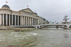 SKOPJE, A REPÚBLICA DA MACEDÔNIA - 24 DE FEVEREIRO DE 2018: Centro da cidade de Skopje - museu arqueológico e rio de Vardar, Foto de Stock