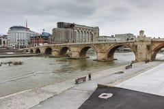 SKOPJE, A REPÚBLICA DA MACEDÔNIA - 24 DE FEVEREIRO DE 2018: Centro da cidade de Skopje, ponte de pedra velha e rio de Vardar Fotografia de Stock Royalty Free