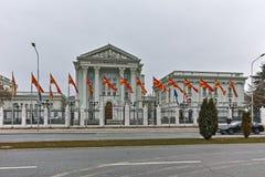SKOPJE, A REPÚBLICA DA MACEDÔNIA - 24 DE FEVEREIRO DE 2018: Construção do governo da República da Macedônia na cidade de Skopje Fotografia de Stock