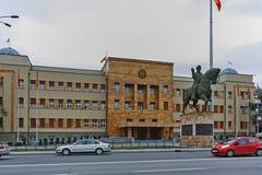 SKOPJE, A REPÚBLICA DA MACEDÔNIA - 24 DE FEVEREIRO DE 2018: Construção do parlamento na cidade de Skopje Imagem de Stock