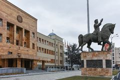 SKOPJE, A REPÚBLICA DA MACEDÔNIA - 24 DE FEVEREIRO DE 2018: Construção do parlamento na cidade de Skopje Imagens de Stock