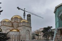 SKOPJE, A REPÚBLICA DA MACEDÔNIA - 24 DE FEVEREIRO DE 2018: Torre de Bell de St Constantim e Elena Church na cidade de Skopje Foto de Stock