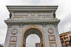 SKOPJE, REPUBBLICA MACEDONE - 24 FEBBRAIO 2018: Arco del portone della Macedonia, Skopje Fotografia Stock Libera da Diritti