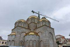SKOPJE, REPUBBLICA MACEDONE - 24 FEBBRAIO 2018: Campanile della st Costantina e Elena Church in città di Skopje Fotografia Stock Libera da Diritti