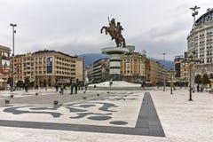 SKOPJE, REPUBBLICA MACEDONE - 24 FEBBRAIO 2018: Centro urbano di Skopje e monumento di Alessandro Magno Fotografia Stock