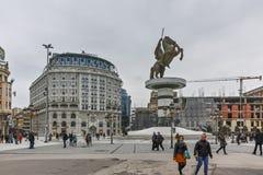 SKOPJE, REPUBBLICA MACEDONE - 24 FEBBRAIO 2018: Centro urbano di Skopje e monumento di Alessandro Magno Fotografie Stock