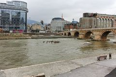 SKOPJE, REPUBBLICA MACEDONE - 24 FEBBRAIO 2018: Centro urbano di Skopje, vecchio ponte di pietra e fiume di Vardar Fotografia Stock Libera da Diritti