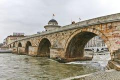 SKOPJE, REPUBBLICA MACEDONE - 24 FEBBRAIO 2018: Centro urbano di Skopje, vecchio ponte di pietra e fiume di Vardar, Fotografia Stock
