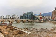 SKOPJE, REPUBBLICA MACEDONE - 24 FEBBRAIO 2018: Centro urbano di Skopje, vecchio ponte di pietra e fiume di Vardar Fotografia Stock