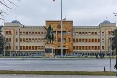 SKOPJE, REPUBBLICA MACEDONE - 24 FEBBRAIO 2018: Costruzione del Parlamento in città di Skopje Immagine Stock