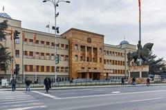 SKOPJE, REPUBBLICA MACEDONE - 24 FEBBRAIO 2018: Costruzione del Parlamento in città di Skopje Immagini Stock Libere da Diritti
