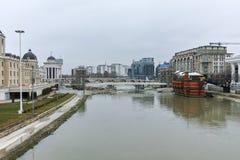 SKOPJE, REPUBBLICA MACEDONE - 24 FEBBRAIO 2018: Fiume di Vardar che passa attraverso la città del centro di Skopje Immagine Stock