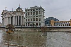 SKOPJE, REPUBBLICA MACEDONE - 24 FEBBRAIO 2018: Fiume Vardar che passa attraverso la città del centro di Skopje Fotografia Stock Libera da Diritti