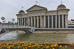 SKOPJE, REPUBBLICA MACEDONE - 24 FEBBRAIO 2018: Il ponte delle civilizzazioni e del museo archeologico Fotografie Stock Libere da Diritti