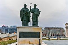 SKOPJE, REPUBBLICA MACEDONE - 24 FEBBRAIO 2018: Monumento della st Cyril e Methodius e vecchio ponte di pietra Immagini Stock