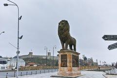 SKOPJE, REPUBBLICA MACEDONE - 24 FEBBRAIO 2018: Ponte con i leoni nel centro urbano di Skopje Fotografia Stock