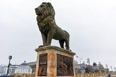 SKOPJE, REPUBBLICA MACEDONE - 24 FEBBRAIO 2018: Ponte con i leoni nel centro urbano di Skopje Immagini Stock Libere da Diritti
