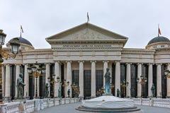 SKOPJE, REPUBLIEK VAN MACEDONIË - 24 FEBRUARI, 2018: De Brug van Beschavingen en Archeologisch Museum Stock Foto