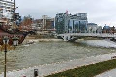 SKOPJE, REPUBLIEK VAN MACEDONIË - 24 FEBRUARI, 2018: De Brug van Beschavingen en Vardar-Rivier in stad van Skopje Stock Foto's