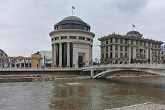 SKOPJE, REPUBLIEK VAN MACEDONIË - 24 FEBRUARI, 2018: De Rivier van Art Bridge en Vardar-in stad van Skopje Stock Afbeeldingen