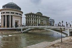 SKOPJE, REPUBLIEK VAN MACEDONIË - 24 FEBRUARI, 2018: De Rivier van Art Bridge en Vardar-in stad van Skopje Stock Afbeelding