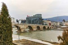 SKOPJE, REPUBLIEK VAN MACEDONIË - 24 FEBRUARI, 2018: Het Centrum van de Skopjestad, Oude Steenbrug en Vardar-Rivier Stock Foto