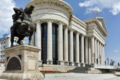 SKOPJE, REPUBLIEK VAN MACEDONIË - 13 MEI 2017: Het Centrum van de Skopjestad en Archeologisch Museum Stock Foto