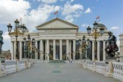SKOPJE, REPUBLIEK VAN MACEDONIË - 13 MEI 2017: Het Centrum van de Skopjestad en Archeologisch Museum Stock Foto's