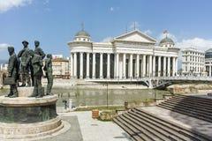 SKOPJE, REPUBLIEK VAN MACEDONIË - 13 MEI 2017: Het Centrum van de Skopjestad en Archeologisch Museum Royalty-vrije Stock Fotografie