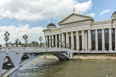 SKOPJE, REPUBLIEK VAN MACEDONIË - 13 MEI 2017: Het Centrum van de Skopjestad en Archeologisch Museum Royalty-vrije Stock Afbeelding