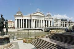 SKOPJE, REPUBLIEK VAN MACEDONIË - 13 MEI 2017: Het Centrum van de Skopjestad en Archeologisch Museum Stock Fotografie